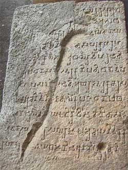 scrittura brahmi su roccia