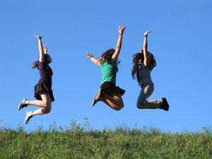 Tre bambine che saltano, immagine gratis